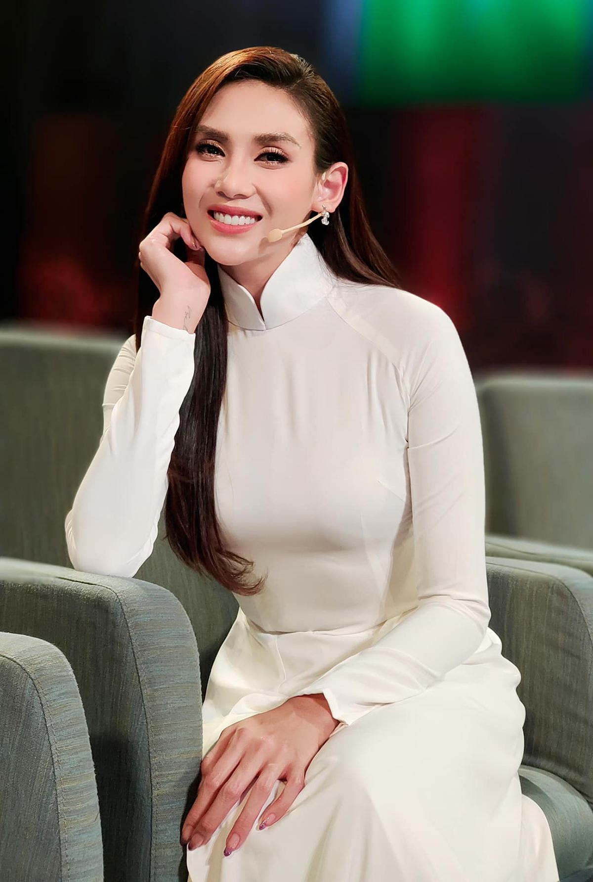 Võ Hoàng Yến được khen đẹp dịu hiền khi diện áo dài trắng.