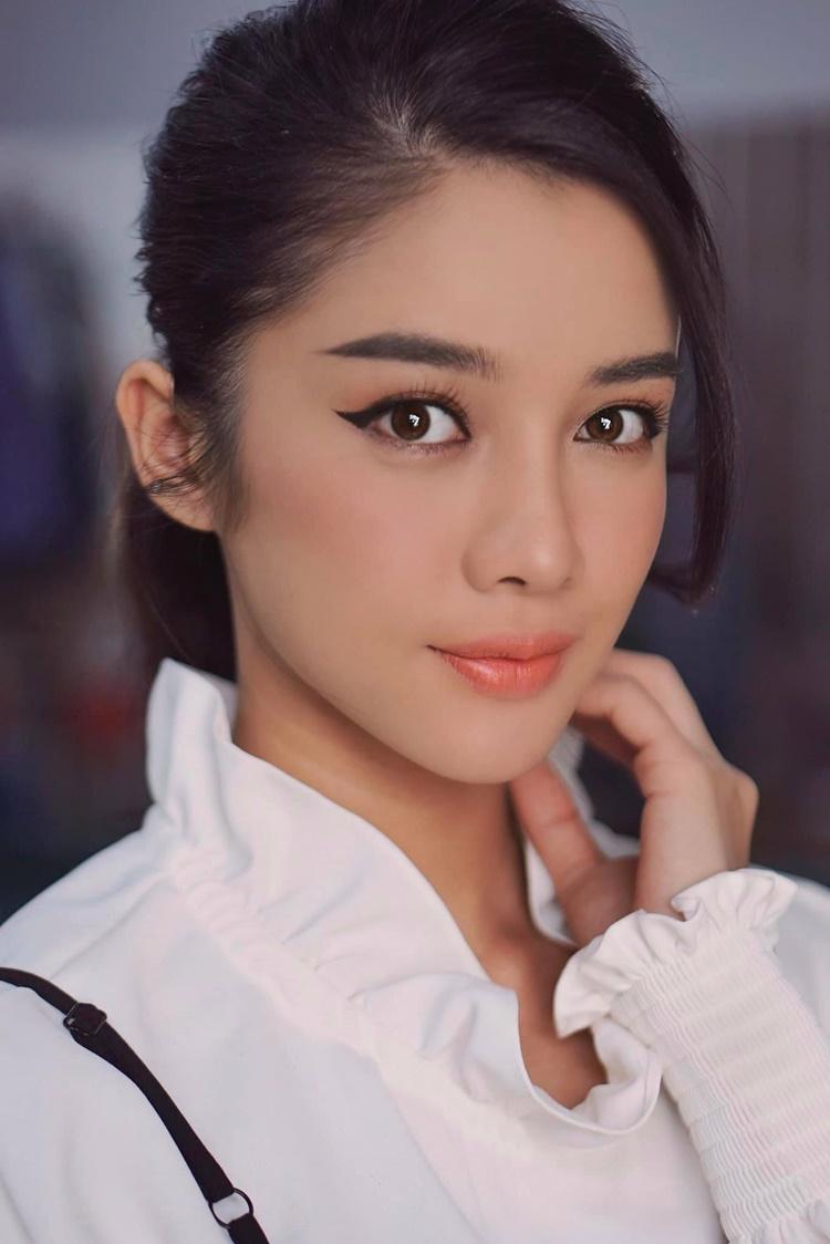 Ngoài công việc diễn xuất, cô tham gia trình diễn thời trang, làm mẫu ảnh.