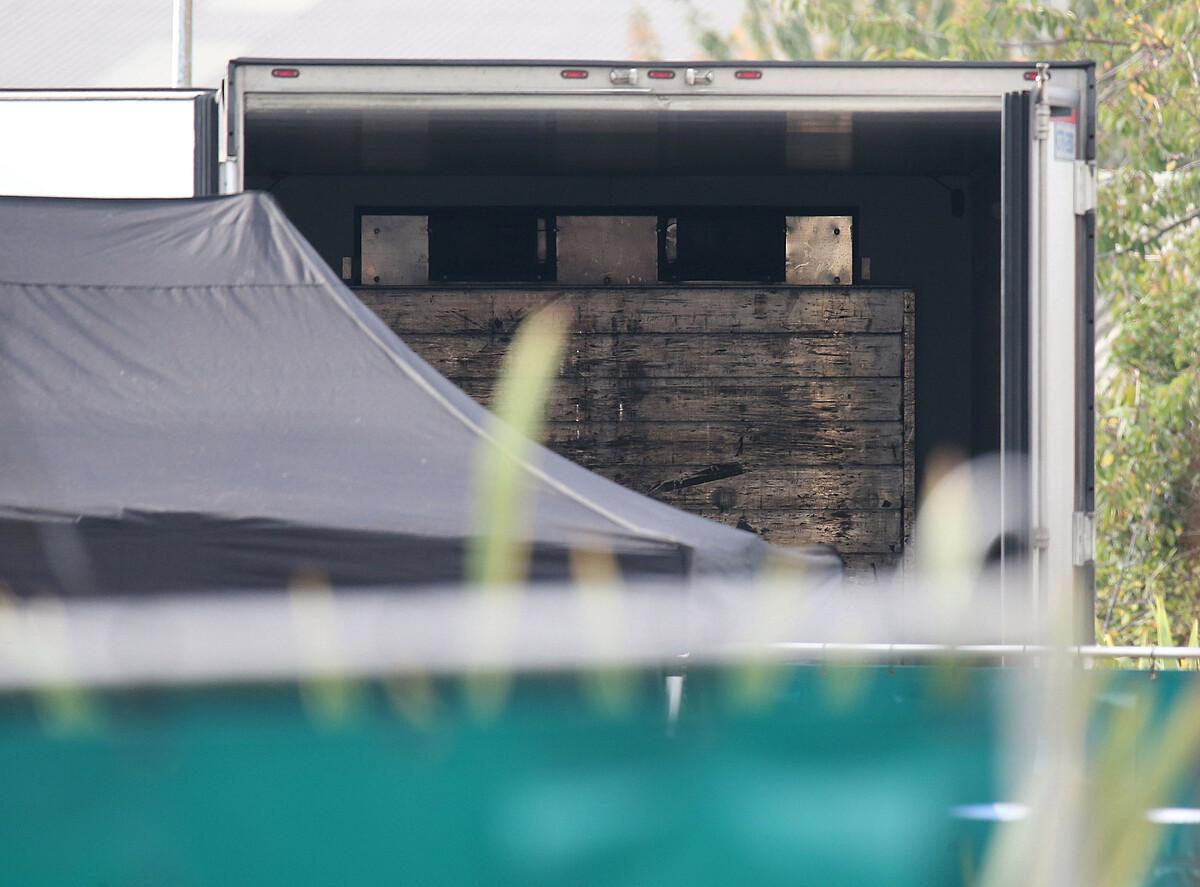 Phía sau xe tải được phát hiện tại khu công nghiệp ở Essex ngày 23/10/2019. Ảnh: Reuters.