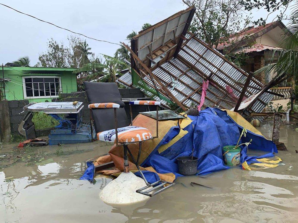 Lực lượng Phòng vệ dân sự Philippines cho biết, ít nhất  25.000 người dân phải đi sơ tán, trong đó 20.000 người hiện ở trong các trung tâm trú ẩn như trường học và tòa nhà chính phủ.