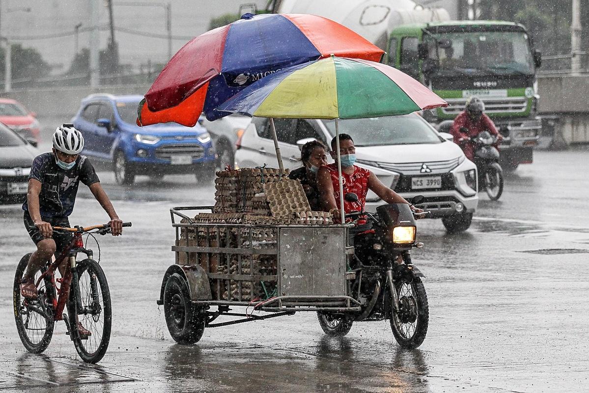 Hiện Bão Molave đang rời khỏi khỏi Philippines và hướng về Việt Nam. Trung tâm dự báo khí tượng thủy văn quốc gia Việt Nam sáng nay cho biết bão Molave đã vào Biển Đông, trở thành cơn bão thứ 9 và cơn bão thứ 4 trong tháng 10 năm nay, với sức gió mạnh nhất 135km/h, cấp 12. Bão Molave di chuyển nhanh, cường động mạnh ảnh hưởng đến khắp khu vực Biển Đông, trọng tâm đổ bộ vào các tỉnh Quảng Nam, Quảng Ngãi và Bình Định.