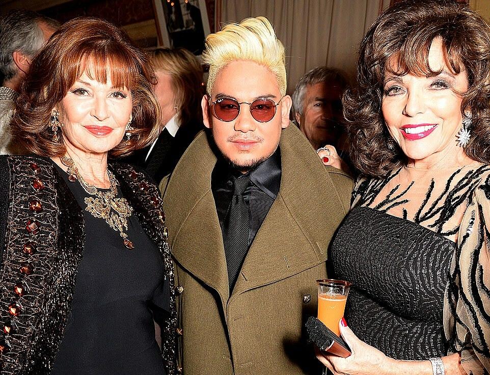 Hoàng tử Azim bên hai nữ diễn viên Stephanie Beacham và Joan Collins năm 2016.