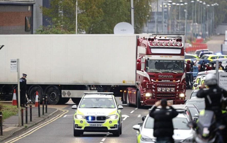 Chiếc container chở 39 thi thể rời khu công nghiệp ở Grays, hạt Essex, Anh. Ảnh:PA