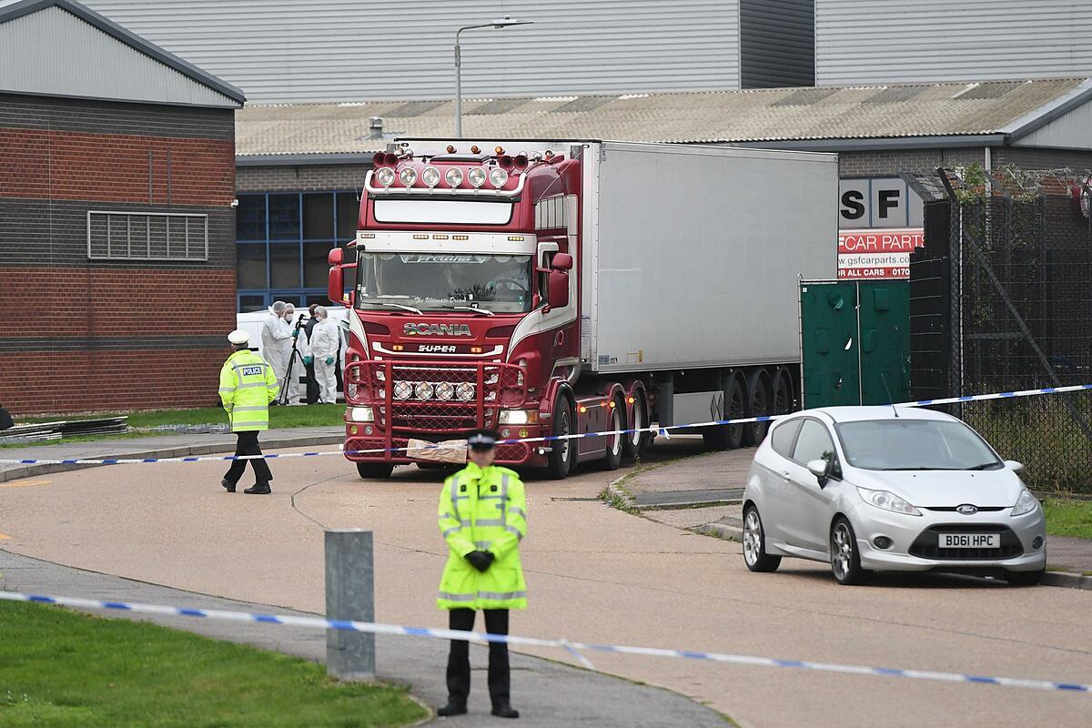 Cảnh sát phong tỏa hiện trường chiếc container chở 39 thi thể tại khu công nghiệp ở Grays, hạt Essex hồi tháng 10/2019. Anh. Ảnh:PA.