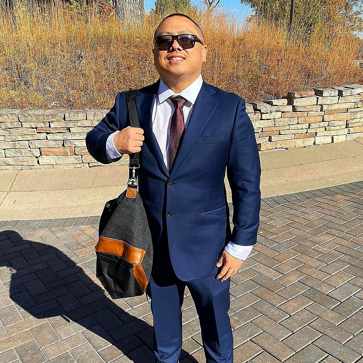 Bạn trai mới của cô bé Hmong làm việc tại Mỹ.