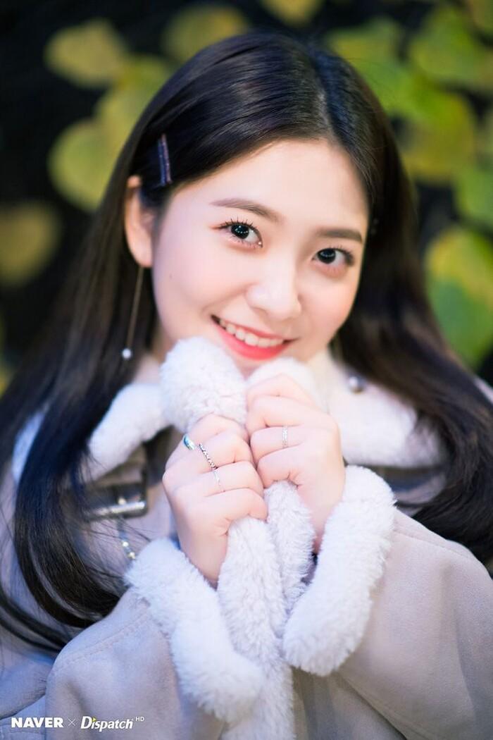 Trước đây, thành viên Red Velvet luôn trung thành với lối trang điểm chuẩn Hàn. Chuộng vẻ đẹp trong veo, Yeri luôn rất xinh xắn, thơ ngây.