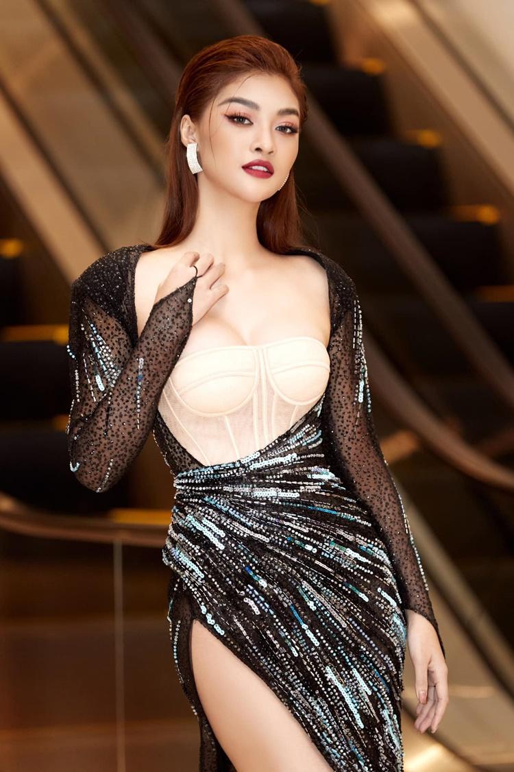Á hậu Kiều Loan dự họp báo ra mắt Câu lạc bộ doanh nhân BSA và đêm nghệ thuật Huyền thoại trở về tại TP HCM. Cô mặc váy corset xẻ đùi cao của NTK Đỗ Long.