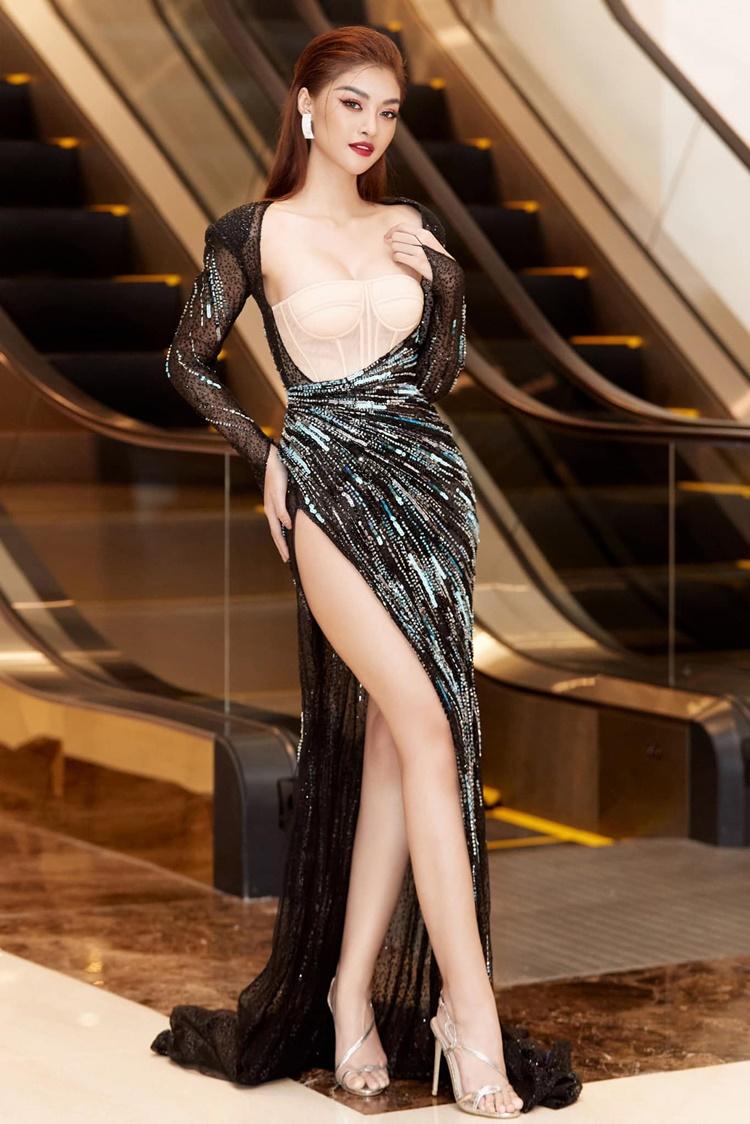 Từng bị chê bai về nhan sắc sau khi giành ngôi Á hậu Miss World Vietnam, Kiều Loan không phủ nhận việc cô đã phẫu thuật thẩm mỹ để trở nên đẹp hơn. Người đẹp tự tin với vòng một đầy đặn, đôi chân dài gợi cảm. Tôi mặc thiết kế này mà cảm thấy toát mồ hôi, ướt cả tóc, cô chia sẻ.