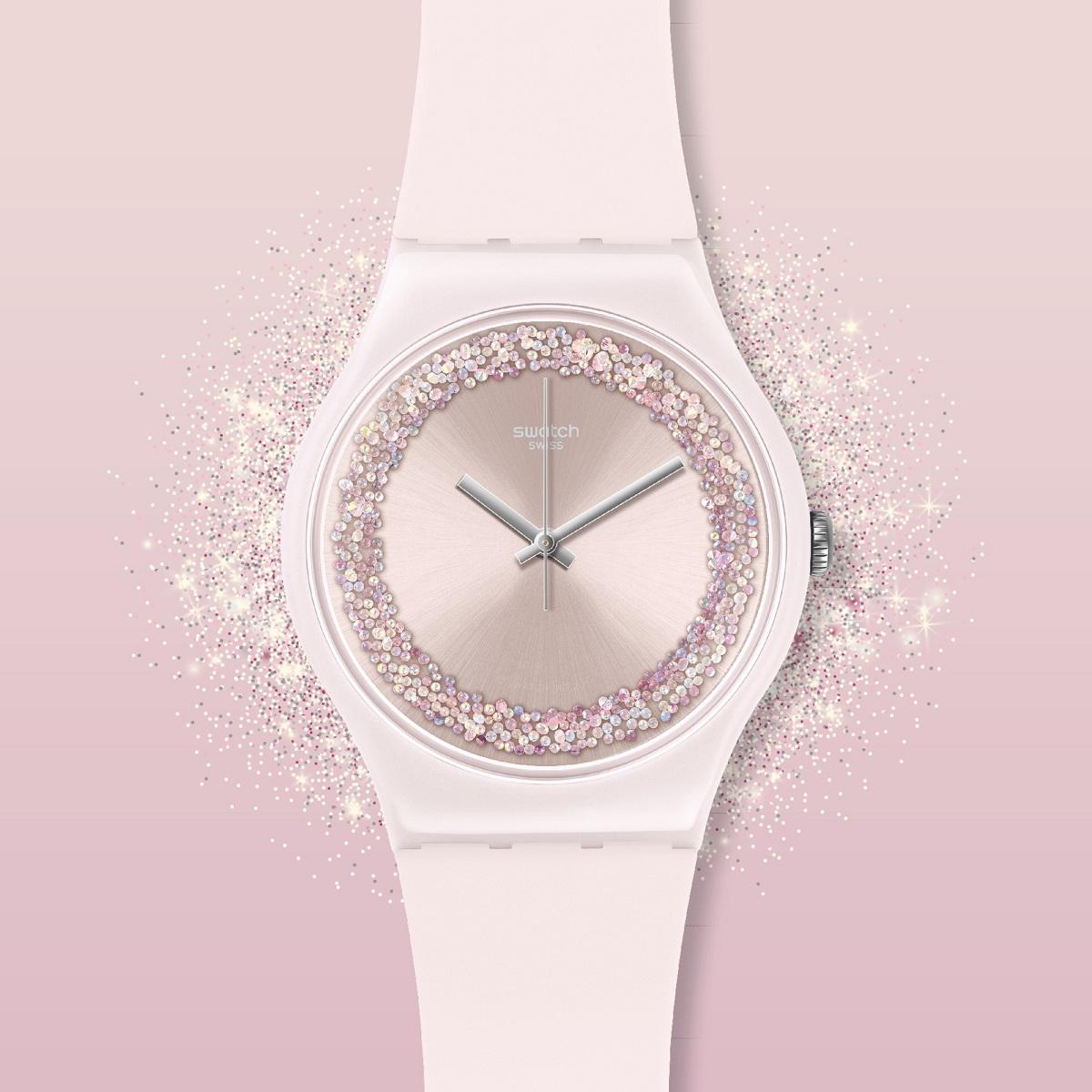 Đồng hồ nữ Swatch Pinksparkles Suop110 ra mắt năm 2018, thuộc bộ sưu tập Originals Collection, nổi bật với tông hồng pastel cùng viền đá pha lê lấp lánh mỗi khi có ánh sáng chiếu vào. Bao bọc bên ngoài bộ máy Swiss Quartz là vỏ plastic, kết hợp với dây đeo silicon màu trắng. Mẫu đồng hồ này luôn nằm trong top những sản phẩm bán chạy, được chị em ưa chuộng tại Galle Watch.