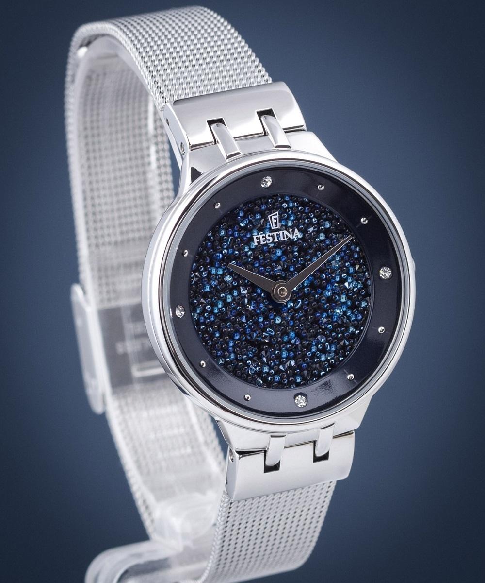 Festina là thương hiệu đồng hồ Thụy Sĩ rất được các quý cô yêu thích nhờ loạt thiết kế lung linh, sang trọng và khác biệt. Đồng hồ nữ F20385/2 thuộc bộ sưu tập Mademoiselle đậm chất nữ tính, tinh tế nhưng cũng không kém phần thanh lịch và sang chảnh. Mặt số đồng hồ được phủ kín đá Swarovski trên nền xanh navy sáng lấp lánh. F20385/2 sẽ là lựa chọn lý tưởng cho chị em khi phối cùng những chiếc đầm dạ hội thướt tha, lộng lẫy hay đeo trong những buổi hẹn hò lãng mạn.