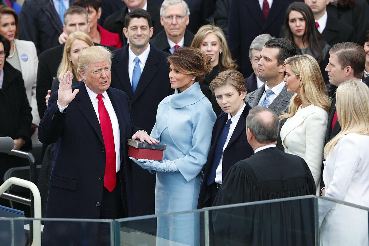 Bốn năm trước, những đứa trẻ của gia đình Trump theo cha dấn thân vào chính trường Mỹ. Từ những người không có kinh nghiệm chính trị, con gái Tổng thống Donald Trump Ivank và con rể Jared Kushner trở thành những cánh tay đắc lực cho cha. Họ tạo nên những dấu ấn của riêng mình, theo Politico.