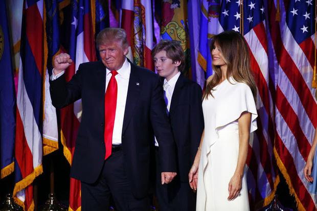 Con trai út của Donald Trump lần đầu thu hút sự chú ý khi đứng cùng bố trên sân khấu vào đêm Trump giành chiến thắng trong cuộc bầu cử Tổng thống Mỹ hồi năm 2016. Cậu bé nhìn buồn ngủ hơn là vui mừng và hình ảnh này đã chiếm được trái tim cả nước Mỹ.
