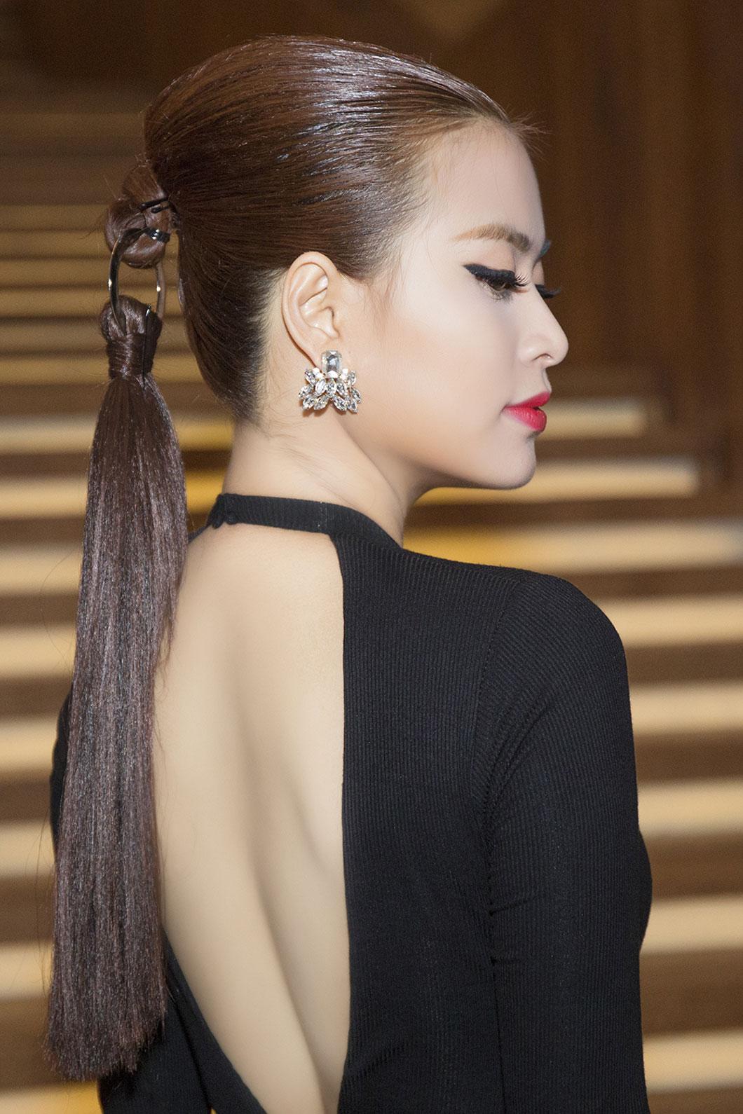 Trước đó, Hoàng Thùy Linh cũng gây chú ý tại sự kiện với kiểu tóc móc nối tương tự. Phần tóc như đứt lìa gây tranh cãi nhưng vẫn giúp người đẹp có vẻ ngoài hiện đại, tạo điểm nhấn khi mặc bộ đồ đen cơ bản.