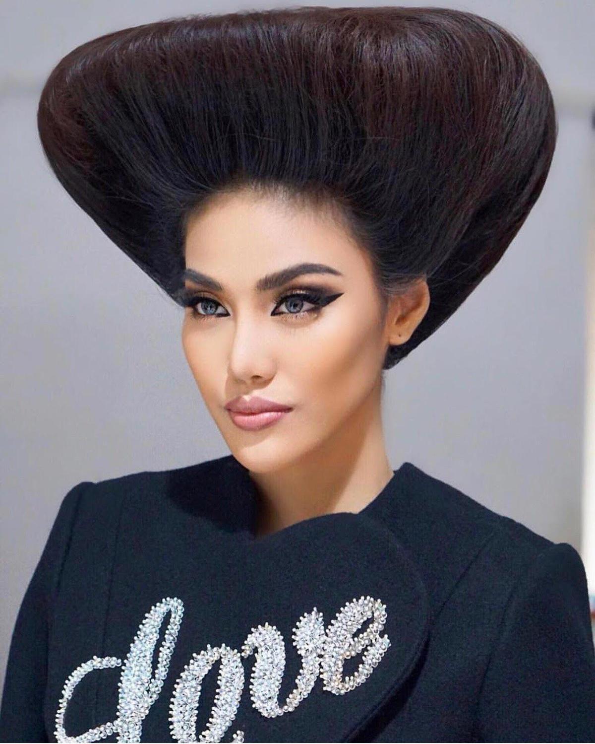 Lan Khuê phải sử dụng lương gôm khổng lồ để tạo cho mái tóc dựng đứng thành hình tam giác ngược, trông giống hệt đội... cơm nắm trên đầu.