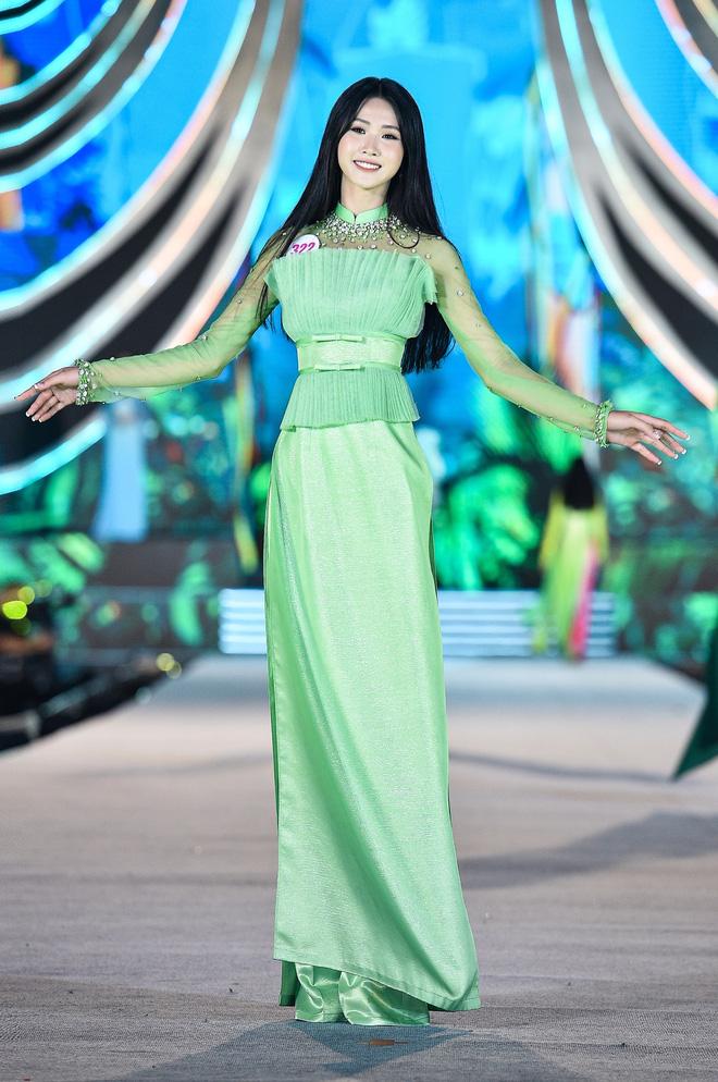 Ngoài màu sắc rực rỡ khá sến, thiết kế của những bộ áo dài cũng bị chê quá rối mắt, không tôn được vóc dáng của thí sinh.