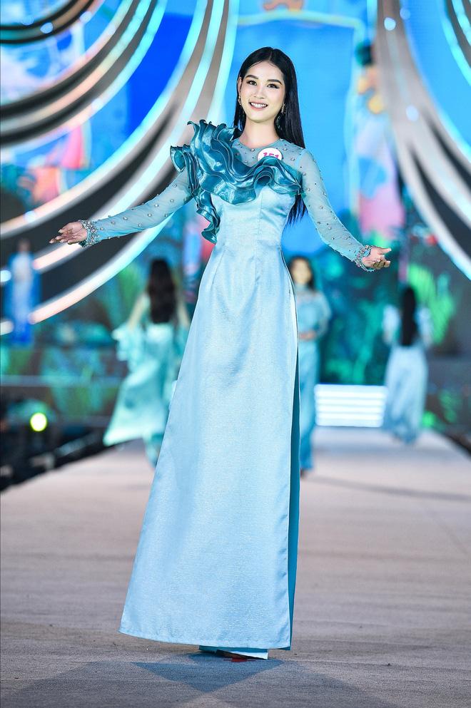 Trên nhiều diễn đàn về sắc đẹp, khán giả cho rằng nên để các thí sinh diện những bộ áo dài càng đơn giản càng tốt thì mới khoe được vẻ đẹp duyên dáng của người con gái Việt.