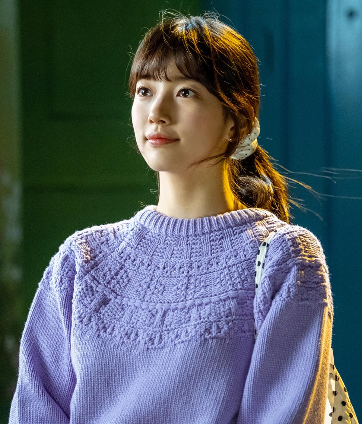 Với đôi môi ngoài đậm trong nhạt, Suzy có diện mạo cực tự nhiên. Nhiều phân cảnh, đôi môi của cô chỉ phơn phớt màu nên rất hợp với vẻ giản dị, đôi lúc hơi xuề xòa của một cô gái trẻ có gia cảnh không giàu có.