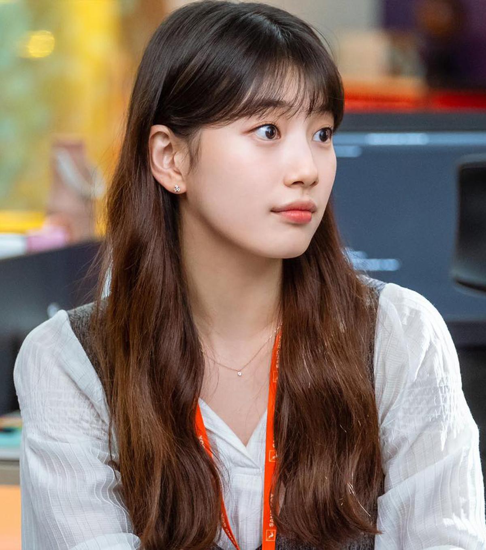 Suzy thường áp dụng cách phủ lên bầu mắt một lớp màu nhạt, tông xuyệt tông với màu môi. Tổng thể dung mạo vì thế trông càng hòa hợp, tươi tắn.