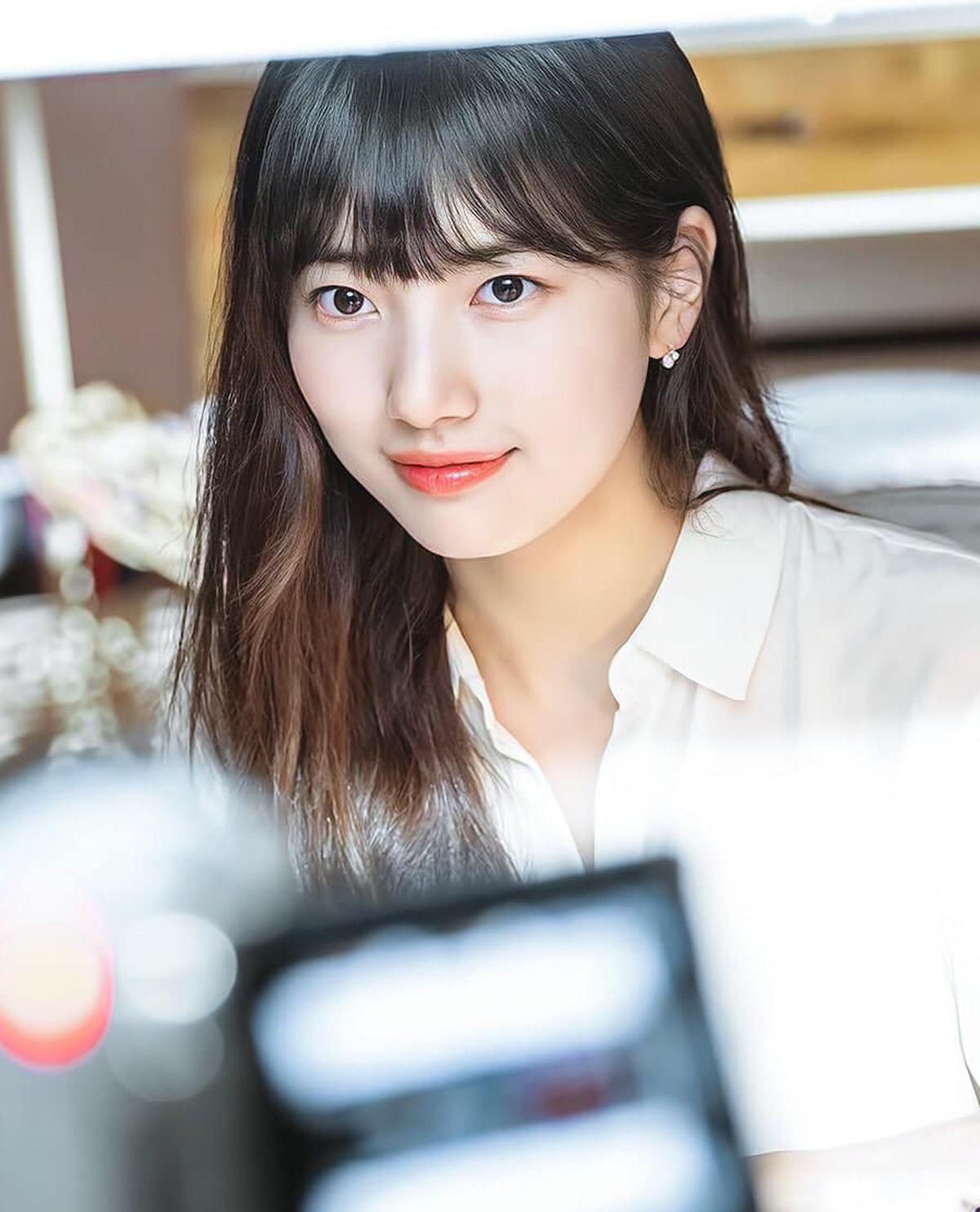 Trong hầu hết các phân cảnh của phim, Suzy đều trang điểm theo phong cách trong veo. Để làm nổi bật làn da trắng hồng, cô thường nhấn vào đôi môi màu sắc. Tô son bóng là cách hiệu quả giúp diện mạo càng thêm tươi trẻ.