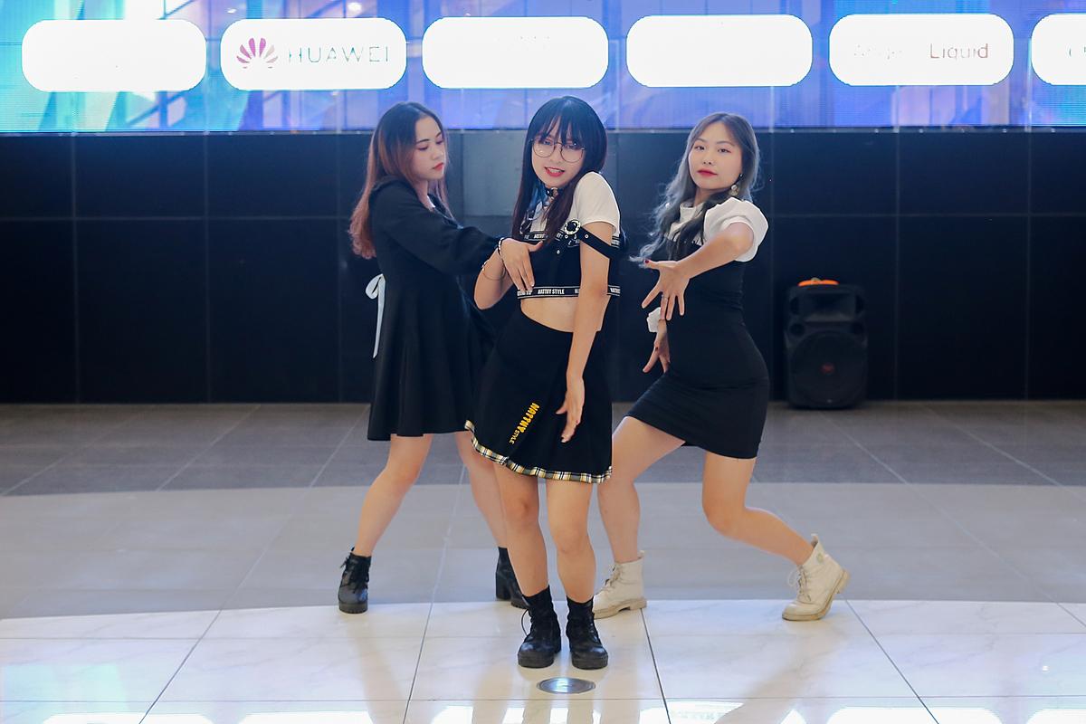 Các bạn sinh viên cover vũ đạo của các bài nhạc Kpop, nhạc trẻ thuần thục, biểu cảm thần thái, hào hứng.