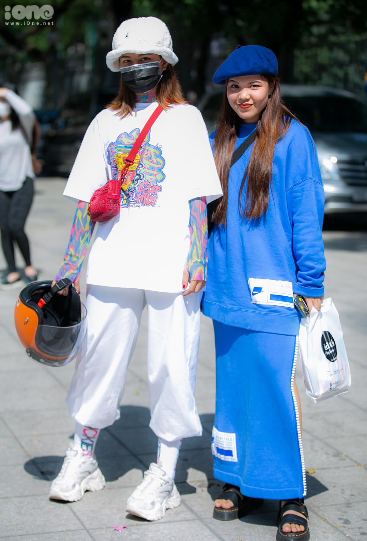 Một đôi bạn rủ nhau lên đồ chất chơi, hình ảnh chẳng khác các tín đồ thời trang ở Seoul Fashion Week là bao.