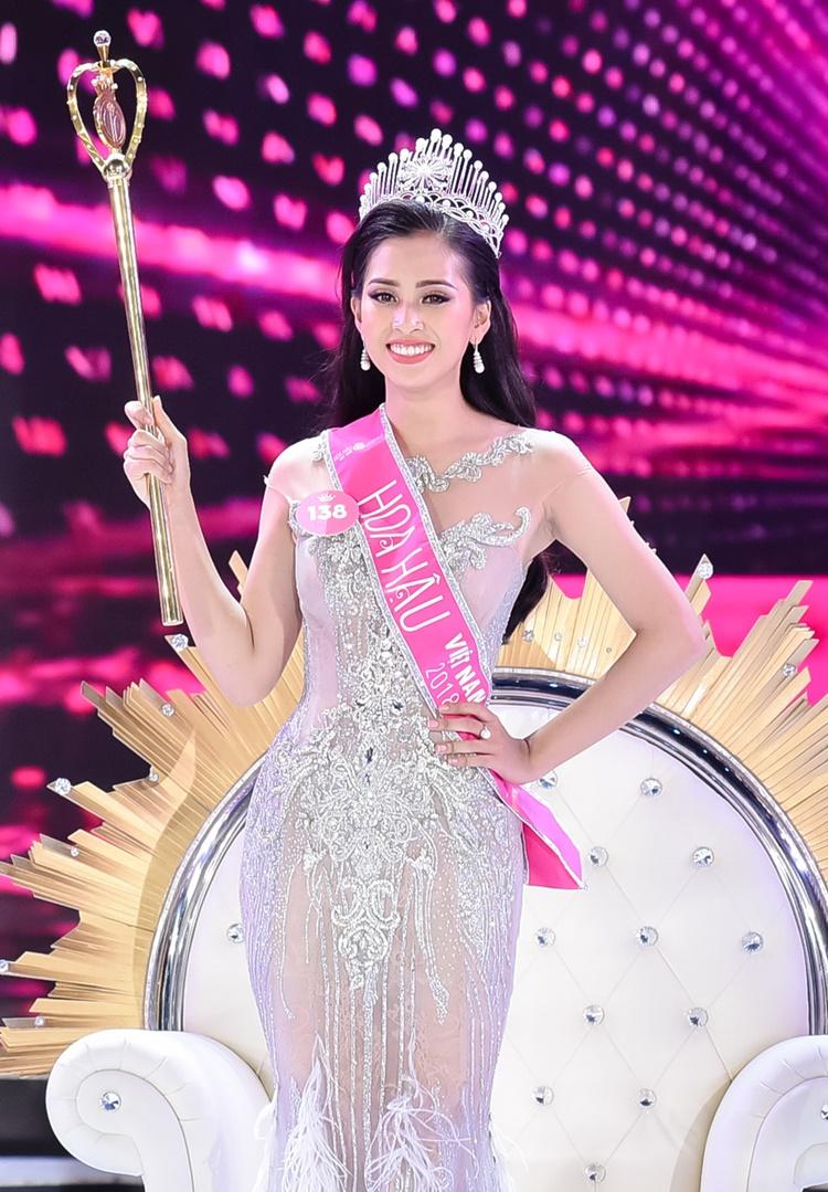 Trần Tiểu Vy, sinh năm 2000, quê Quảng Nam, đăng quang Hoa hậu Việt Nam hồi tháng 9/2018. Cô là mỹ nhân hiếm hoi không bị khán giả chê bai ngoại hình thời điểm giành vương miện. Chiều cao 1,74 m, số đo ba vòng 84-63-90 cm và gương mặt khả ái của Tiểu Vy tiệm cận tiêu chí nhan sắc quốc tế. Tuy nhiên, vì đăng quang khi mới 18 tuổi nên lối giao tiếp, ứng xử của Tiểu Vy còn thiếu tự tin.
