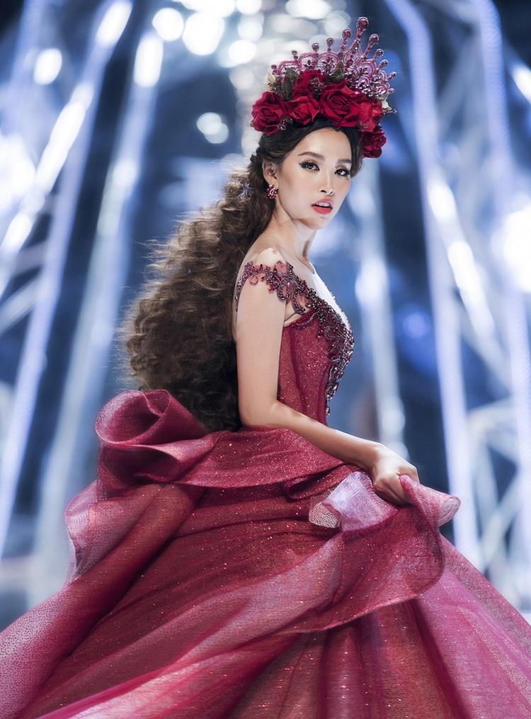 Trong hai năm giữ vương miện Hoa hậu Việt Nam, Tiểu Vy nhiều lần được mời làm first face hoặc vedette trong các show diễn thời trang. Kinh nghiệm sàn diễn giúp cô xử lý tốt những mẫu váy áo khác nhau.