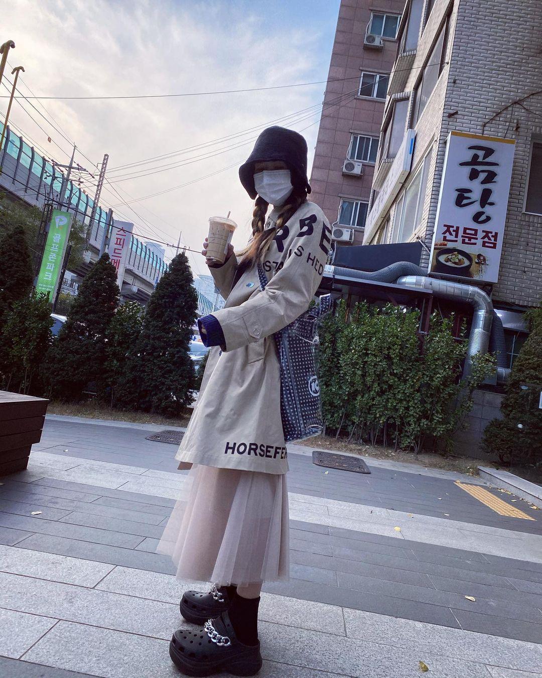 Bất chấp việc ăn mặc luộm thuộm, thùng thình sẽ giấu tiệt đường cong và khiến thân hình thấp bé hơn, mỹ nhân Hàn vẫn ứng dụng đủ kiểu phối phá cách rất tích cực.