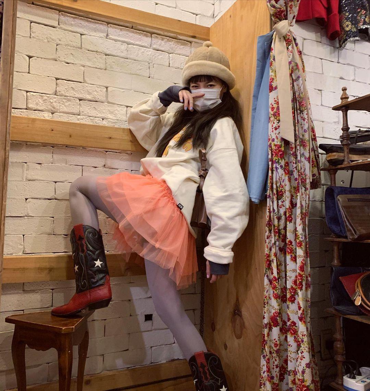 Thông thường một bộ trang phục đẹp thường chỉ có không quá ba màu sắc, tuy nhiên Hyuna sẵn sàng sử dụng đến 4-5 màu trên một bộ đồ.