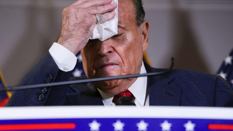 Ông Rudy Giuliani liên tục dùng khăn lau mồ hôi.