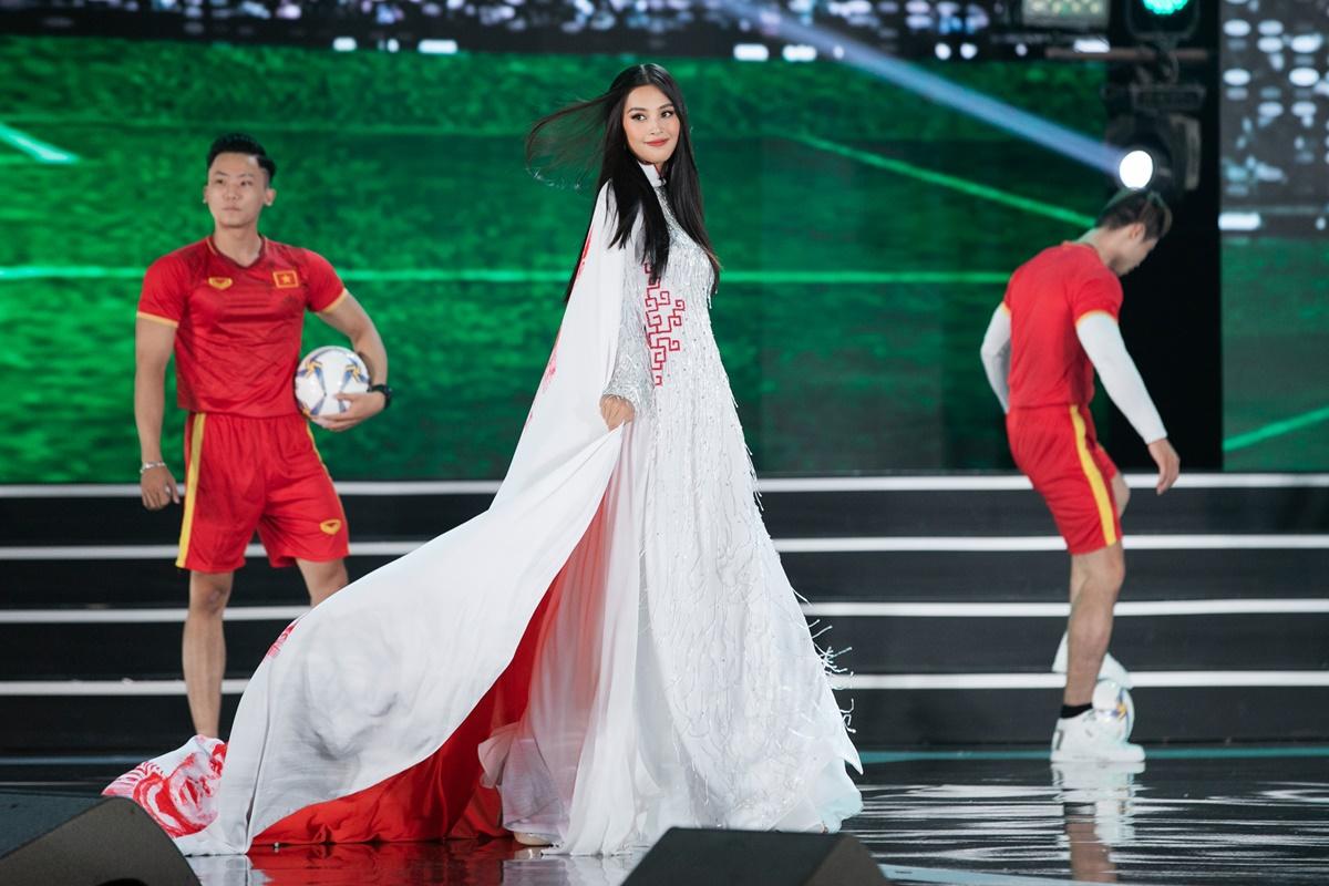 Tiểu Vy bước đi tự tin trên sân khấu. Trong hai năm giữ vương miện Hoa hậu Việt Nam, Tiểu Vy nhiều lần được mời làm first face hoặc vedette trong các show diễn thời trang. Kinh nghiệm sàn diễn giúp cô xử lý tốt những mẫu váy áo khác nhau.