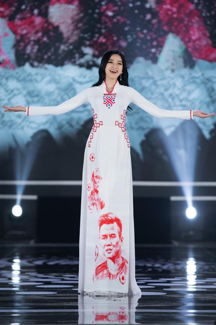 Hoa hậu Đỗ Thị Thà thướt tha với áo dài trắng.