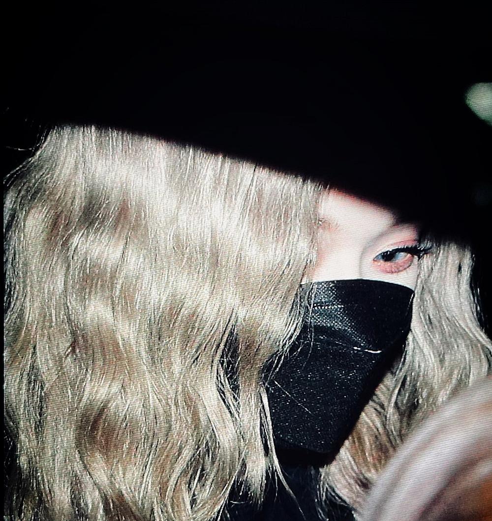Bức ảnh chụp cận mặt Winter khi nữ idol lên xe trở về ký túc xá nhận được lượt like khủng trên mạng xã hội.