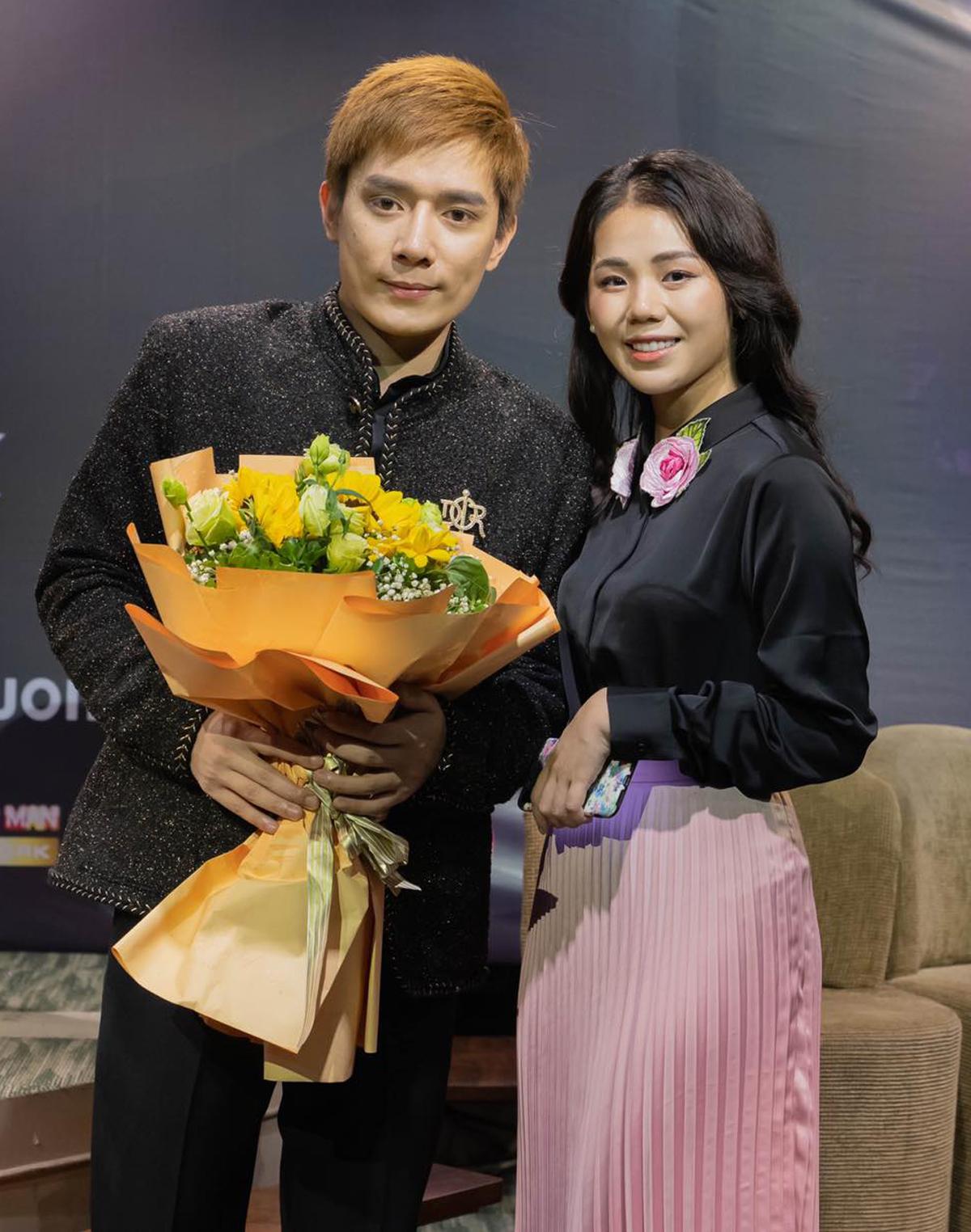 Một người bạn khác của Nhật Phong là Hương Ly cũng có mặt ở sự kiện từ rất sớm. Vốn thân thiết với Nhật Phong, nữ ca sĩ thường xuyên cover những ca khúc của bạn thân và nhận được phản hồi tích cực từ khán giả.