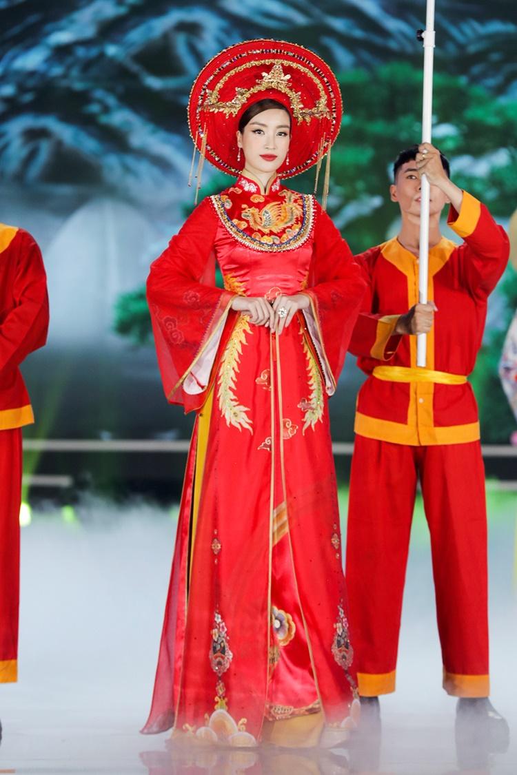 Đỗ Mỹ Linh ngồi kiệu, làm vedette cho màn áo dài lấy cảm hứng từ tín ngưỡng thờ mẫu của Trần Thiện Khánh.