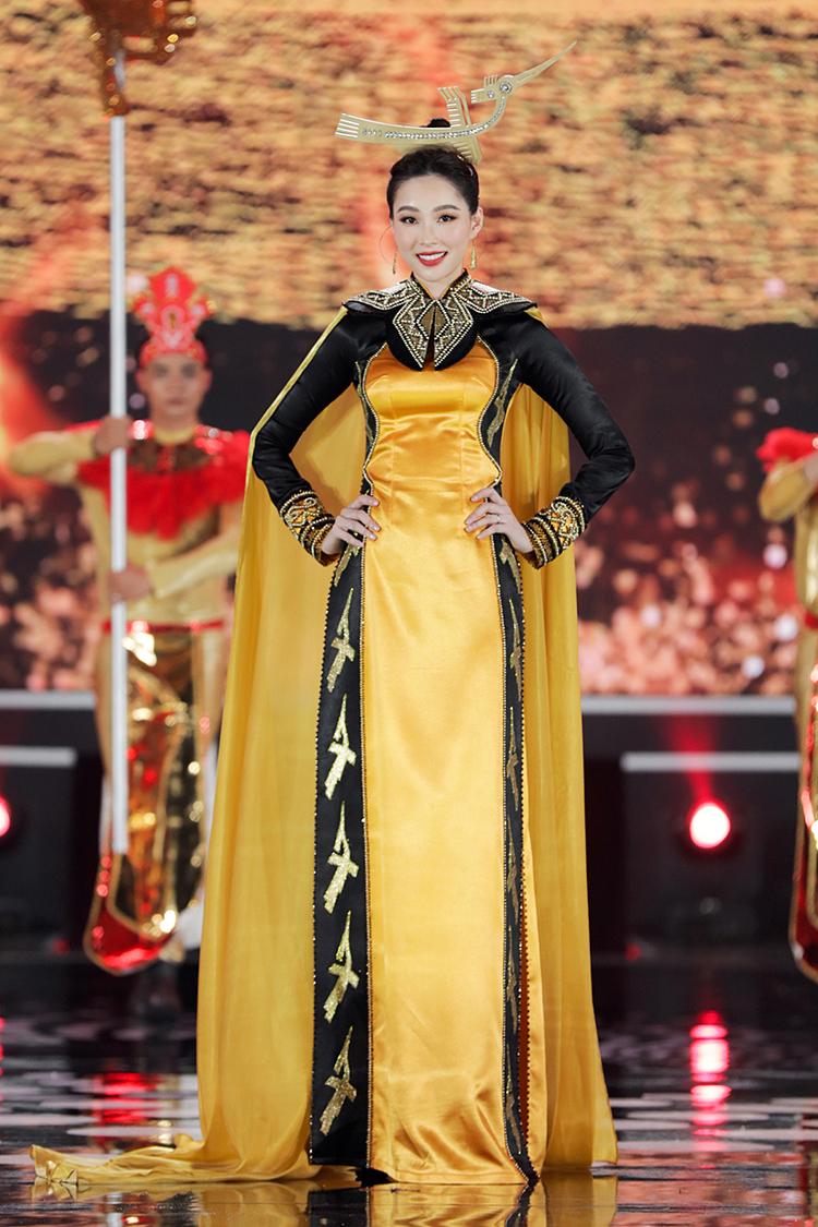 Cùng Tiểu Vy, bốn hoa hậu đăng quang suốt một thập kỷ qua cũng tham gia trình diễn. Hoa hậu Đặng Thu Thảo làm vedette trong màn trình diễn bộ sưu tập áo dài lấy cảm hứng từ tín ngưỡng thờ cúng Hùng Vương do Song Toàn thiết kế.