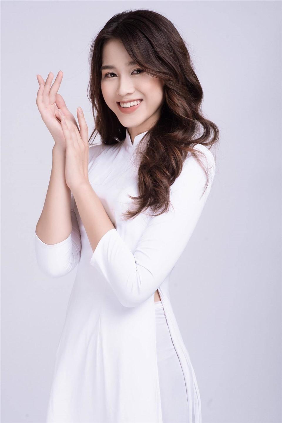 Tân Hoa hậu được khen có gương mặt khá trong sáng, thanh thoát với sống mũi cao. Cô cũng có nụ cười tươi tắn dù hàm răng chưa thực sự hoàn thiện.