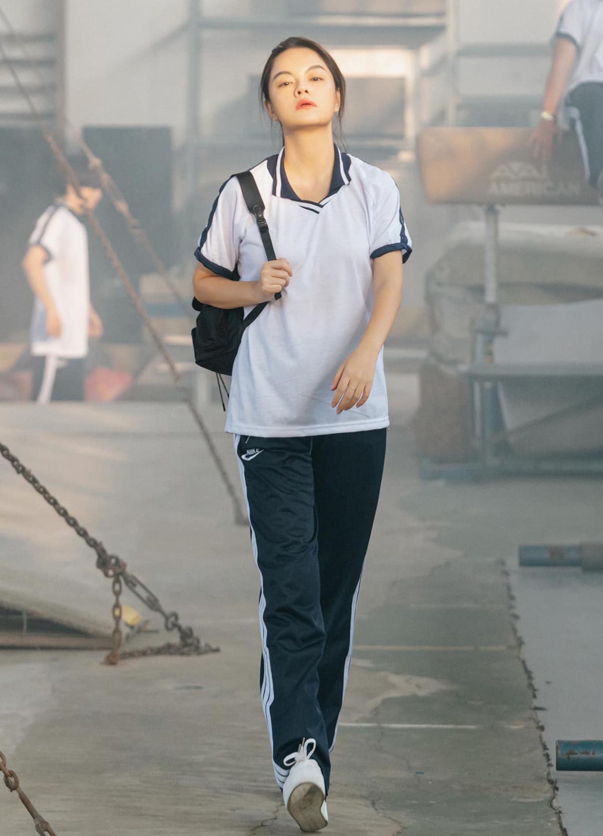 Diện bộ đồng phục thể dục, Phạm Quỳnh Anh trẻ măng chẳng khác gì các nữ sinh cấp ba.