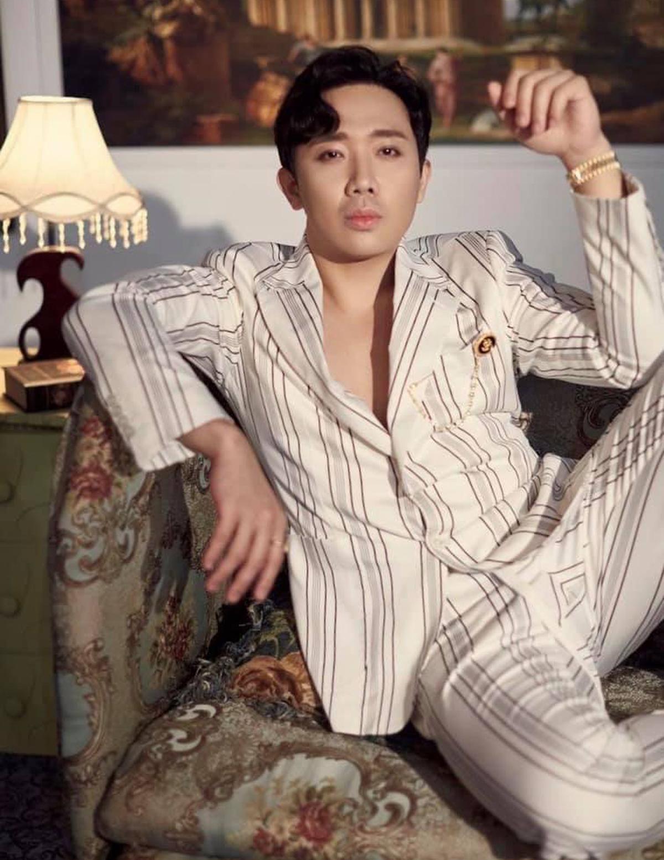 Trấn Thành mặc vest bảnh bao nhưng trang điểm có phần nữ tính trong bộ ảnh mới.