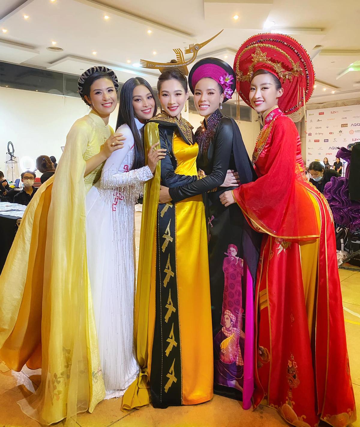 Năm Hoa hậu Việt Nam trong một thập kỷ qua gồm Ngọc Hân - Tiểu Vy - Thu Thảo - Kỳ Duyên và Mỹ Linh hội ngộ, chụp hình nhí nhảnh trong hậu trường chung kết Hoa hậu Việt Nam 2020.