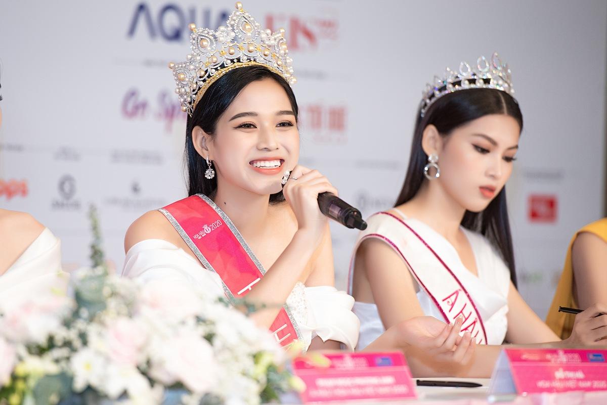 Hoa hậu Đỗ Thị Hà tại buổi họp báo sau đăng quang.