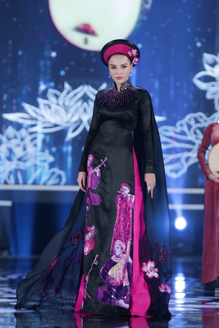 Kỳ Duyên diện áo dài màu đen, lấy cảm hứng từ nghệ thuật đờn ca tài tử do La Sen Vũ thực hiện.