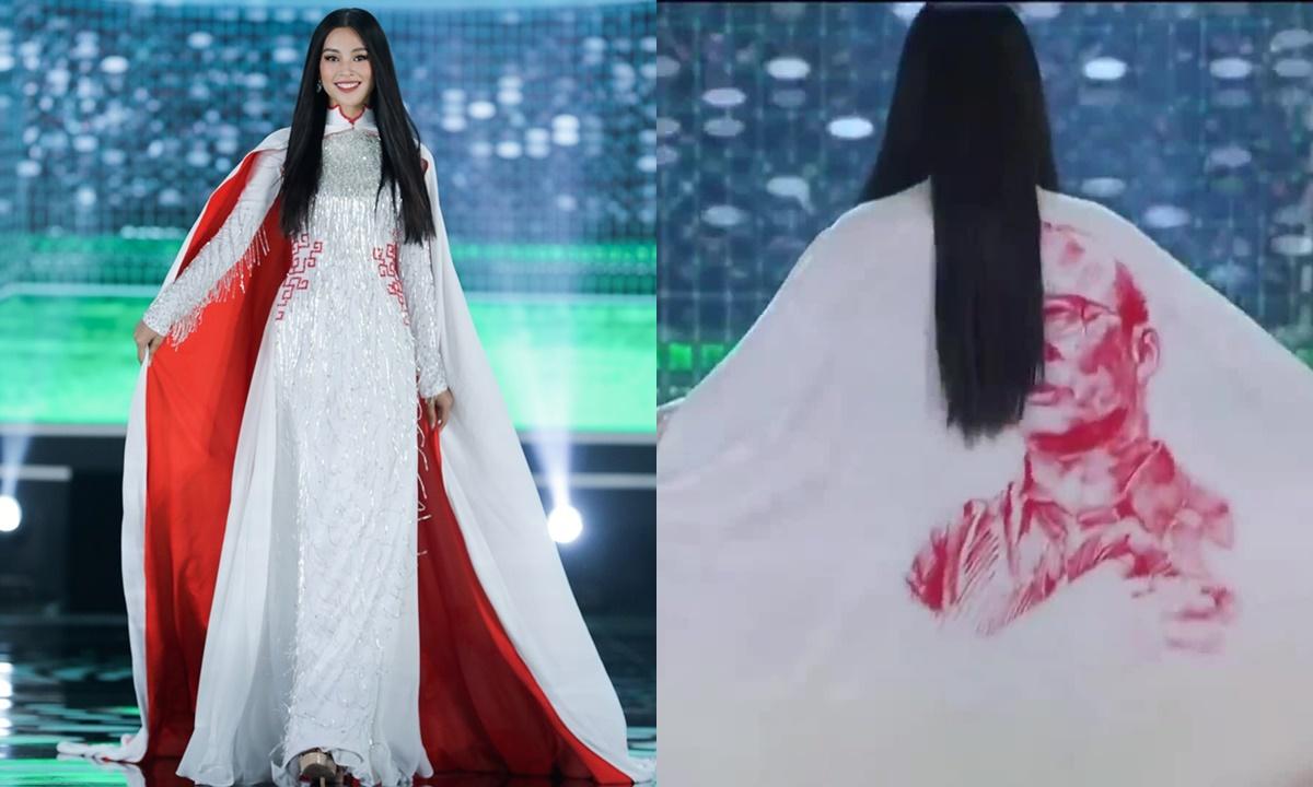 Hoa hậu Tiểu Vy mở màn bộ sưu tập áo dài lấy cảm hứng từ bóng đá của nhà thiết kế Ngô Nhật Huy. Cô mặc áo choàng có in hình huấn luyện viên Park Hang-seo.