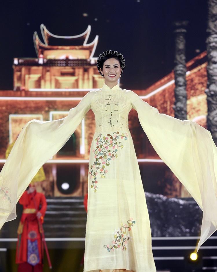 Ngọc Hân mở màn phần thi áo dài khi làm first face cho bộ sưu tập do chính mình thiết kế, lấy cảm hứng từ sự kiện 1.010 năm Thăng Long - Hà Nội.