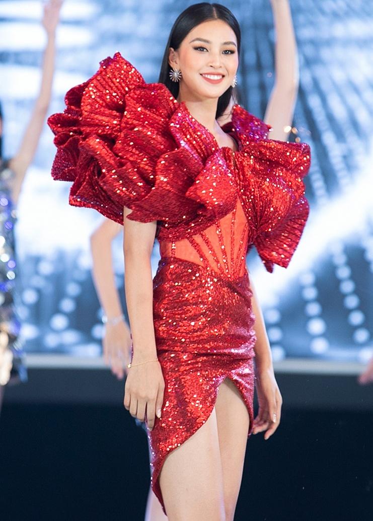 Tiểu Vy mặc đầm đỏ nằm trong bộ sưu tập I see you shining được lấy cảm hứng từ vũ trụ lung linh, huyền ảo của nhà thiết kế Trần Ninh Hưng, mở màn đêm chung kết Hoa hậu Việt Nam 2020 tại TP HCM, tối 20/11. Thiết kế có điểm nhấn là phần cầu vai lớn, dựng phom 3D quyền lực như quả cầu lửa rực sáng giữa vũ trụ.