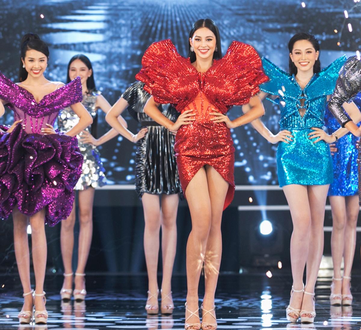 Trần Ninh Hưng cho biết anh chọn ba màu đỏ - xanh - tím cho top 3 Hoa hậu Việt Nam 2018 để khiến họ nổi bật trên sân khấu. Ba thiết kế được làm thủ công trong hơn một tháng.