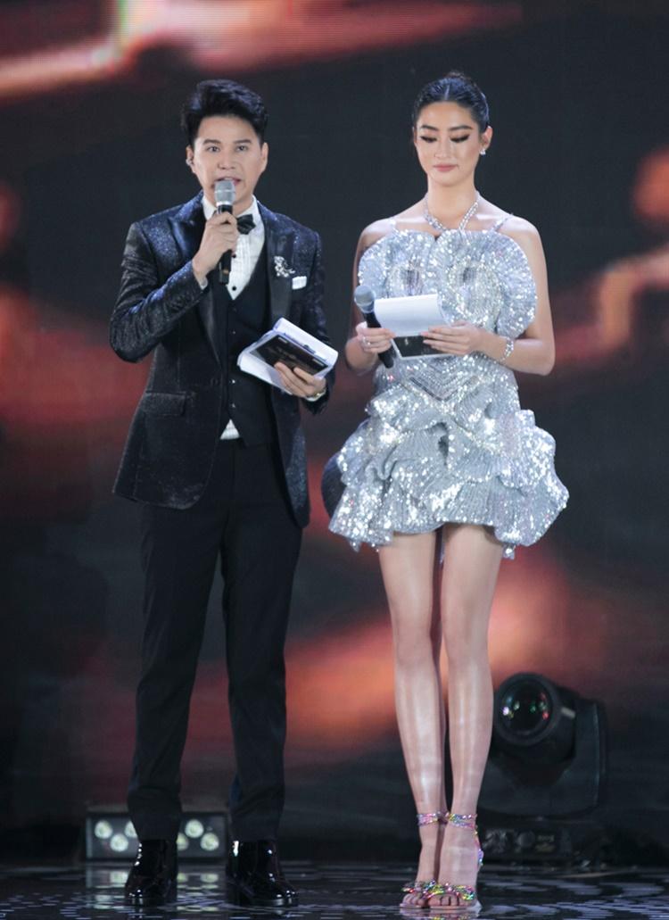 Trang phục giúp người đẹp khoe đôi chân dài nuột nà, hút ánh sáng sân khấu.