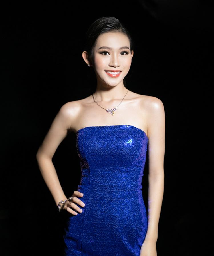 Đầm cúp ngực làm nổi bật làn da sáng của thí sinh Đậu Hải Minh Anh.