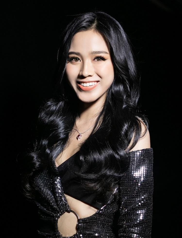 Tân hoa hậu Đỗ Thị Hà diện thiết kế cắt khoét.