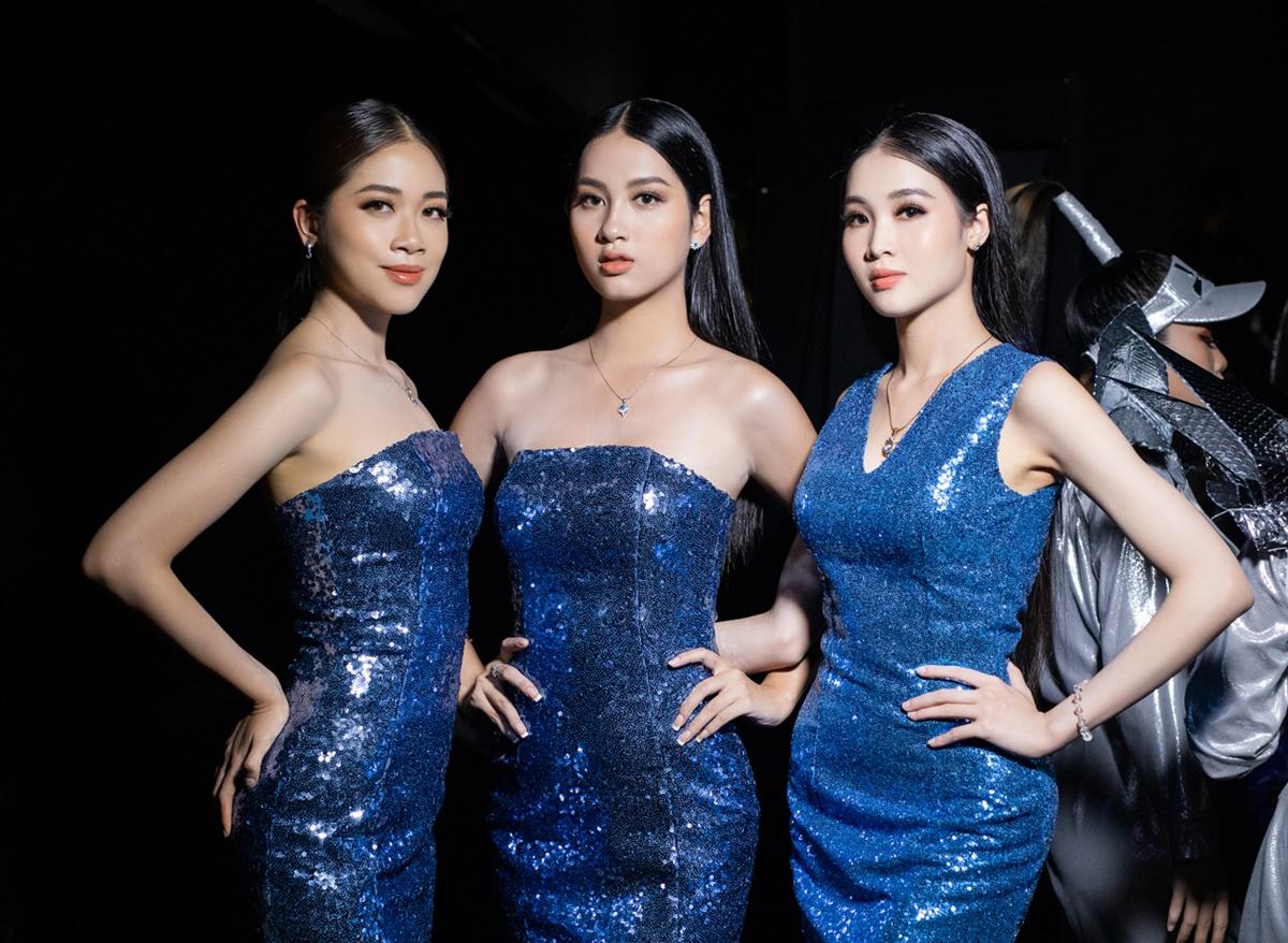 Những gam màu chủ đạo như ánh kim loại bạc, đen, xanh, tím, đỏ... tôn lên vẻ đẹp tràn đầy năng lương cho các cô gái.